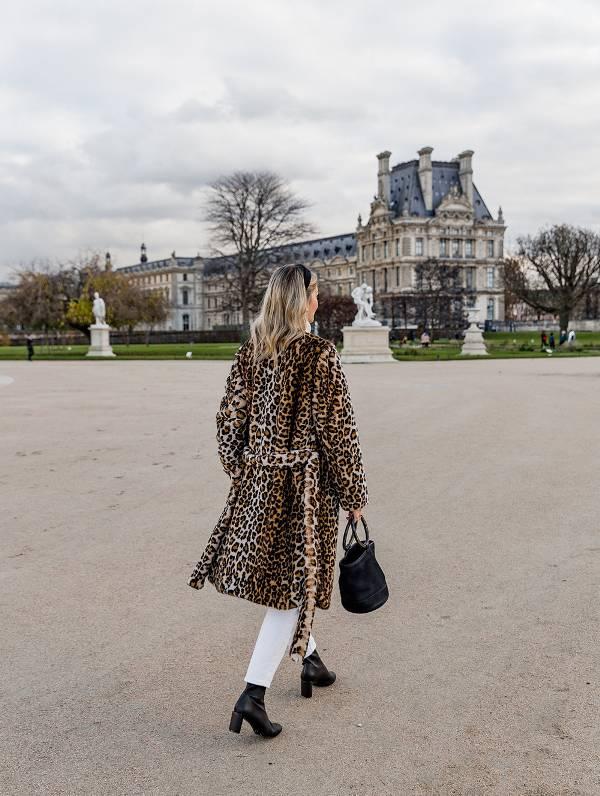 Девушка в леопардовом пальто из искуственного меха, белые джинсы и ботильоны