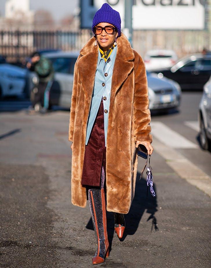 Девушка в мкховом пальто и высових сапогах