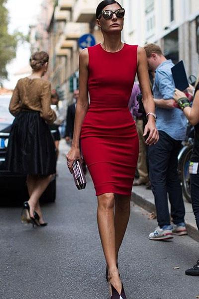 Девушка в облегающем красном платье