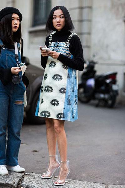 Девушка в платье сарафан прямого кроя