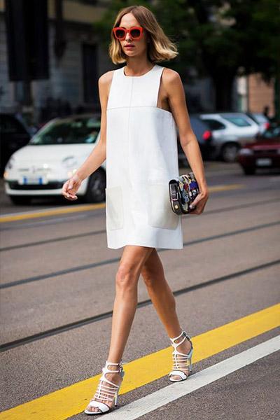 Девушка в прямом белом платье