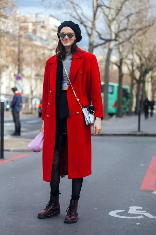 Девушка в прямом красном пальто, берет и ботинки