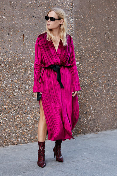 Девушка в розовом платье с поясом
