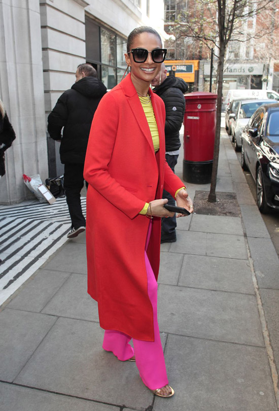 Девушка в розовых брюках и красном пальто