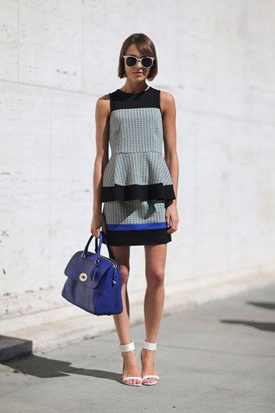 Девушка в сером мини платье с баской