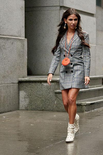 Девушка в сером платье пиджак с длинными рукавами