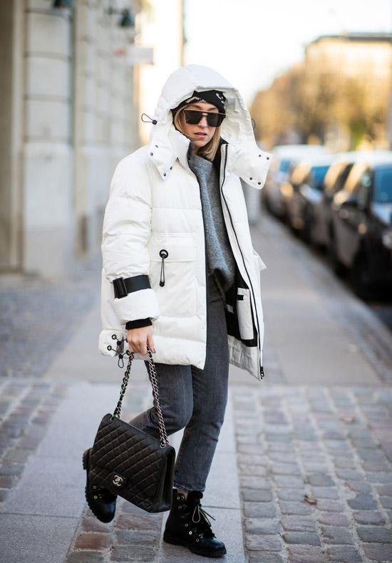 Девушка в серых джинсах, белая куртка и ботинки