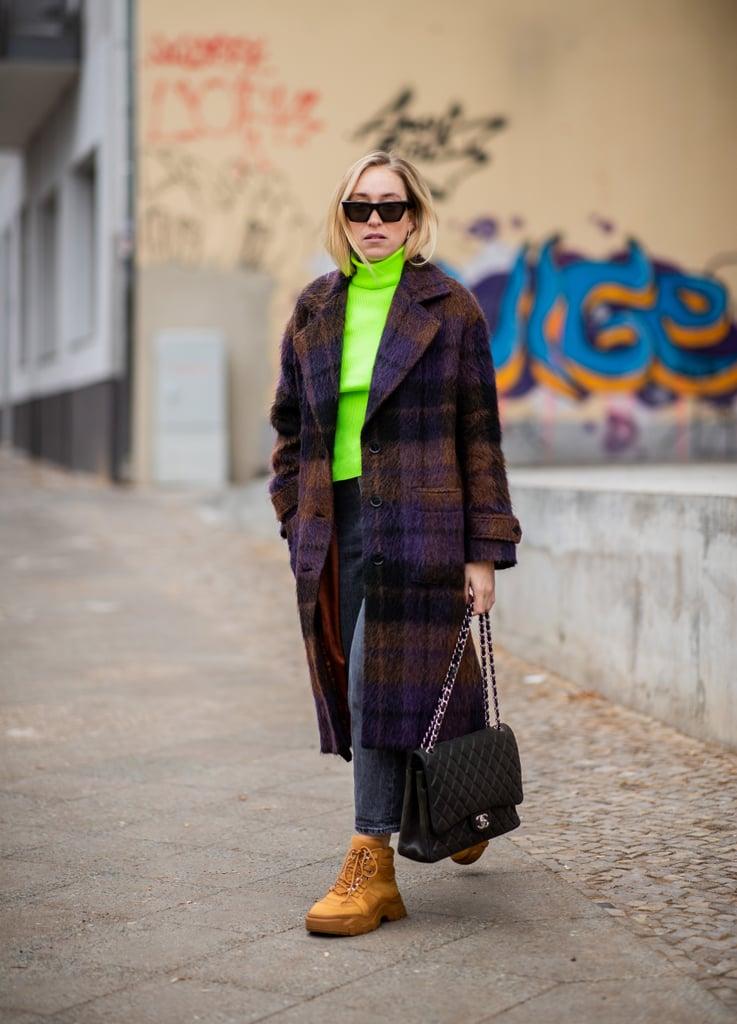 Девушка в шерстянном пальто, неоновая водолазка и ботинки