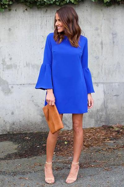 Девушка в синем мини платье с длинными рукавами