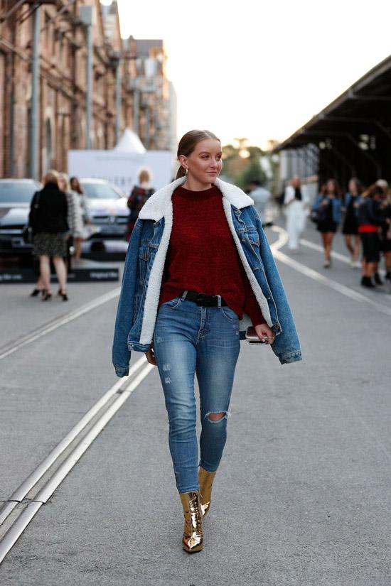 Девушка в синих джинсах, бордовый свитер и джинсовая куртка с утеплителем