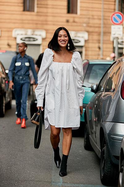 Девушка в свободном светлом платье