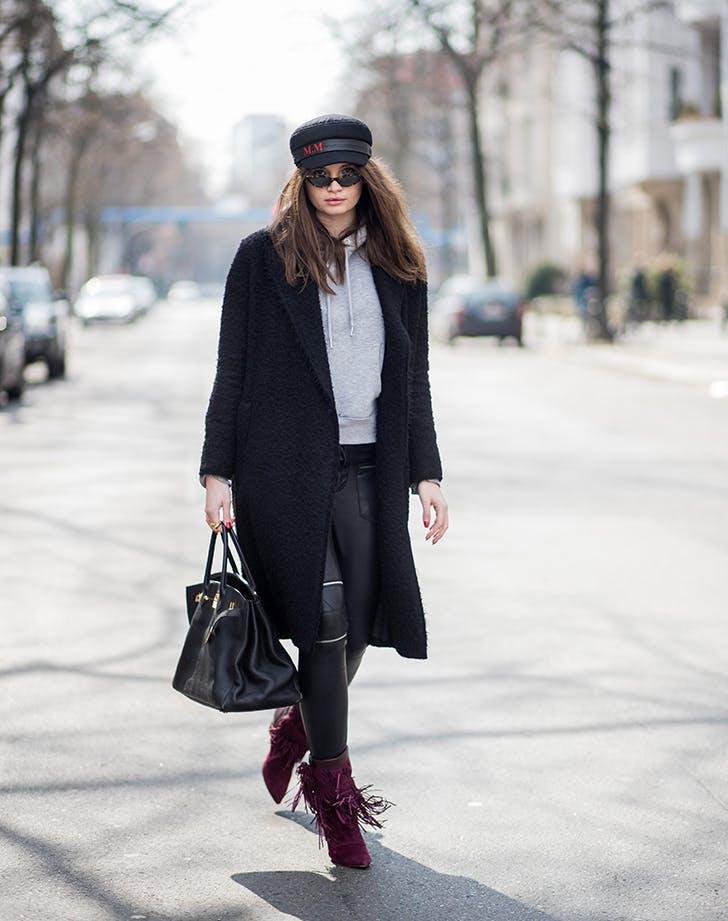 Девушка в толстовке, черные леггинсы, пальто и ботильоны