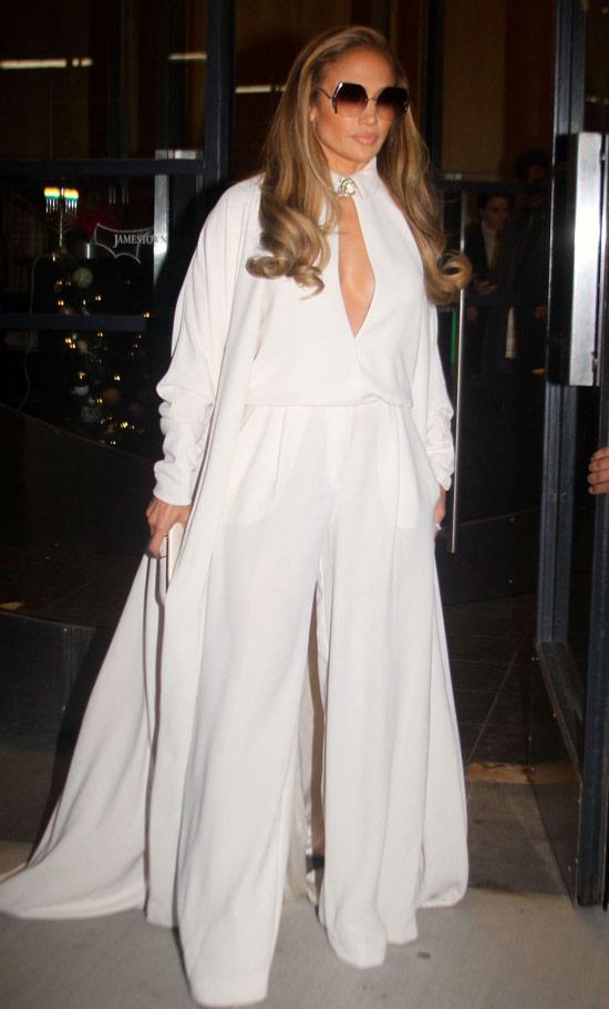 Дженнифер Лопес в белом комбинезоне с широкими брюками и пальто