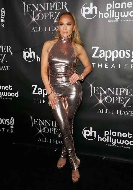 Дженнифер Лопес в блестящих брюках и топе