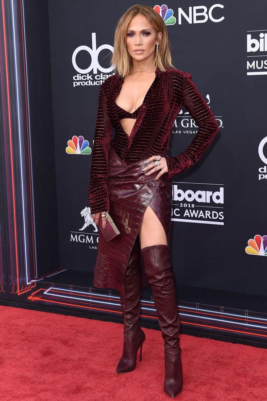 Дженнифер Лопес в бордовом платье с разрезом и ботфорты на шпильках
