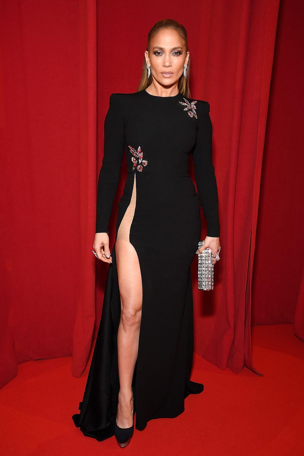 Дженнифер Лопес в черном платье макси с разрезом до бедра