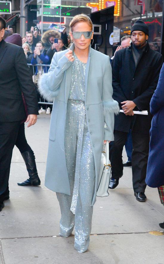 Дженнифер Лопес в голубом комбинезоне с лестками и пальто
