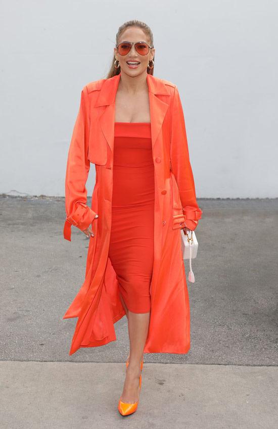 Дженнифер Лопес в оранжевом облегающем платье и плаще