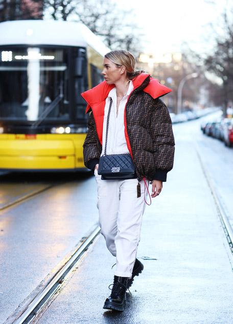 Karin Teigl в белом комбинезоне, коричневый пуховик и ботинки