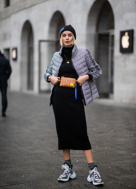 Lisa Hahnbück в черном платье, серый пуховик и кроссовки