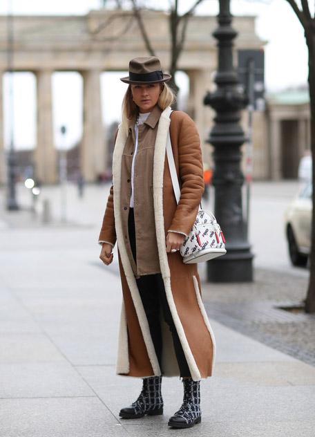 Nina Suess длинном пальто из овчины, джинсы, шляпа и ботинки