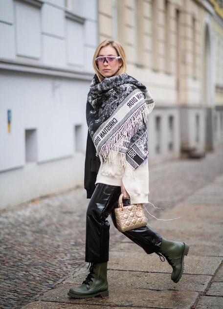 Sonia Lyson в лакированных брюках, ботинках и сером палантине