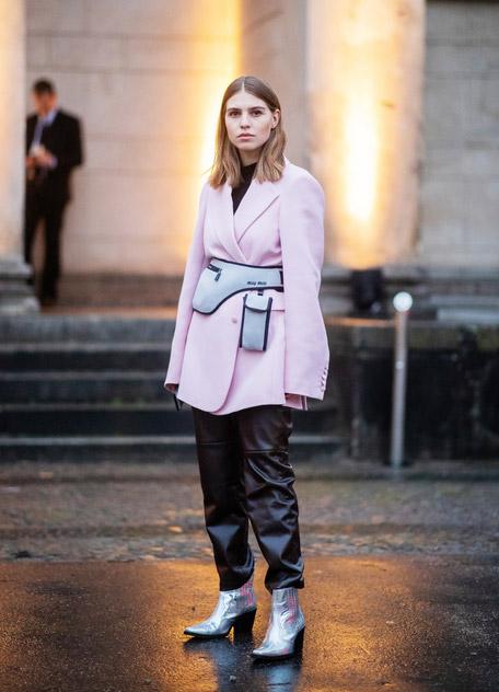 Swantje Soemmer в розовом пиджаке, кожанные брюки и ковбойские сапоги