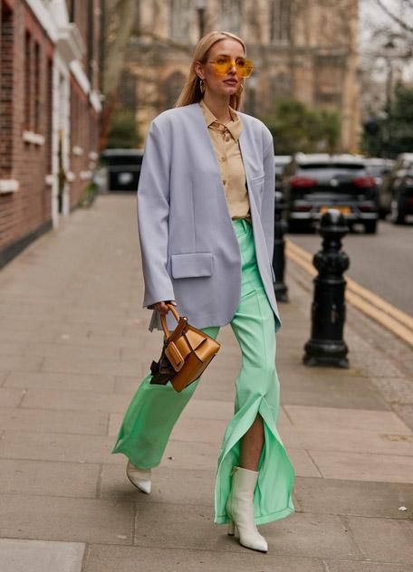 Девушка в бирюзовых брюках, бежевая рубашка и голубой пиджак