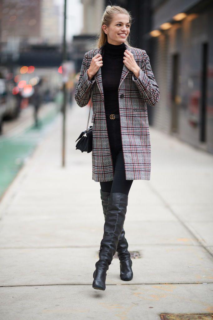 Девушка в черной водолазке, леггинсы и пальто в клетку