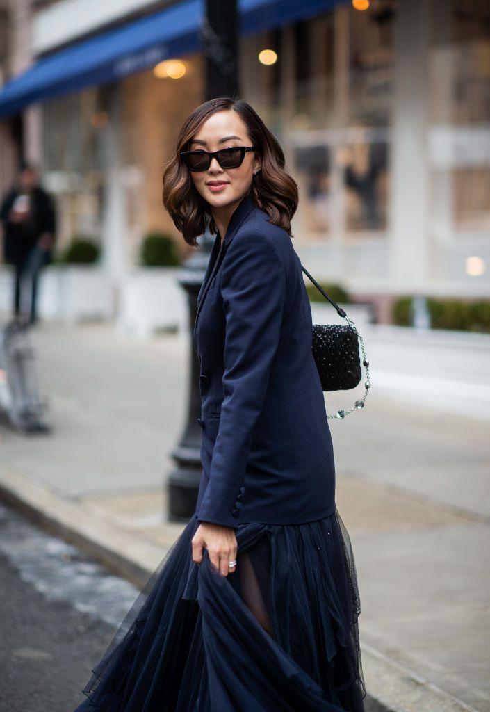 Девушка в легкой юбке и черном пиджаке