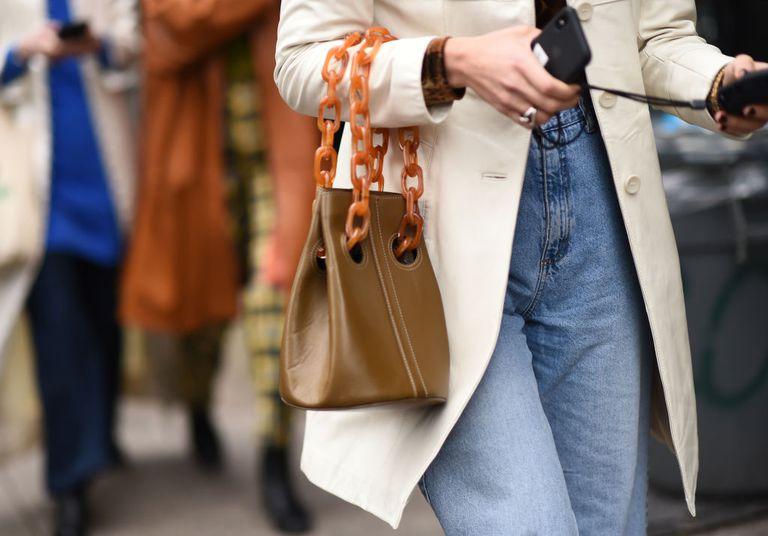 Девушка в мом джинсах и удлиненном пиджаке