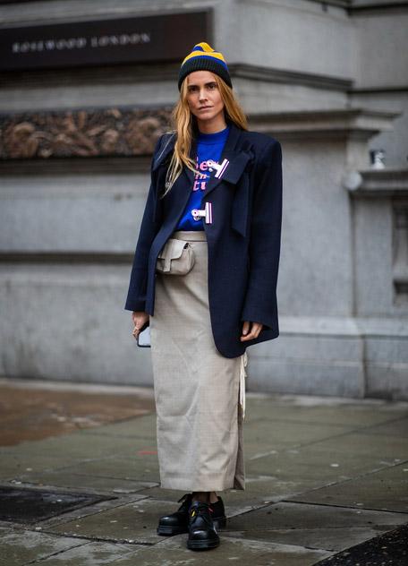 Девушка в прямой длинной юбке, пиджак и синяя футболка