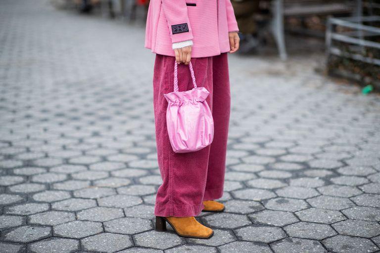 Девушка в широких розовых брюках и жакете оверсайз