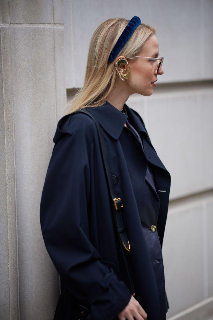 Девушка в темно синем плаще и бархатном ободке