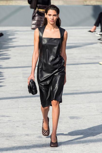 Модель в кожаное черном платье от bottega veneta