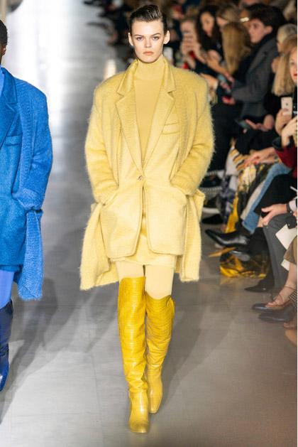 Модель в желтом пальто, сапоги ботфорты и водолазка от max mara