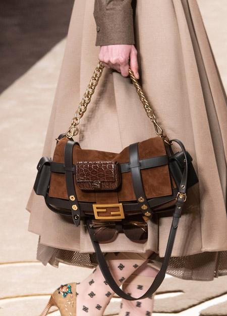 Модная кричневая сумка с карманами от fendi