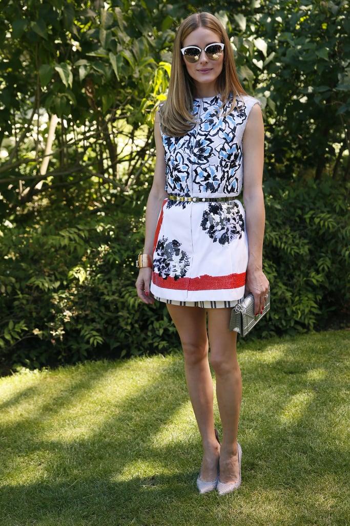 Оливия Палермо в белом мини платье с принтом и поясом