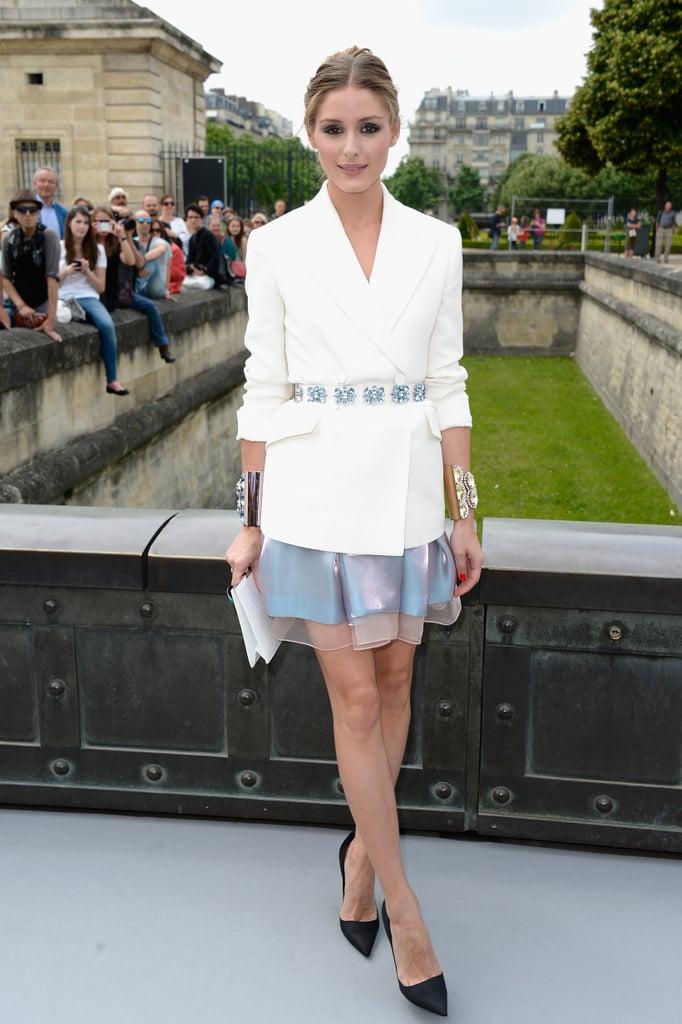 Оливия Палермо в белом пиджаке с поясом и юбке