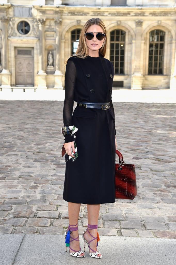 Оливия Палермо в черном платье футляр с поясом и босоножках