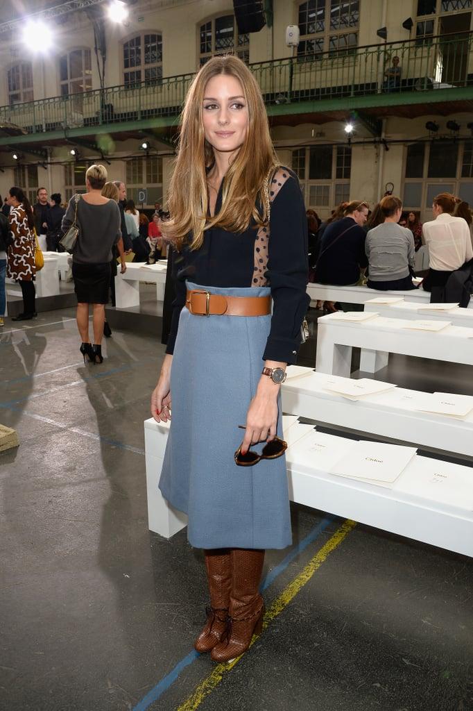 Оливия Палермо в черной блузке и синей юбке с поясом