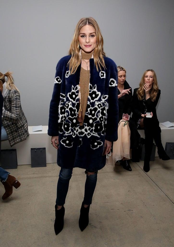 Оливия Палермо в джинсах скинни, синее меховое пальто с узорами