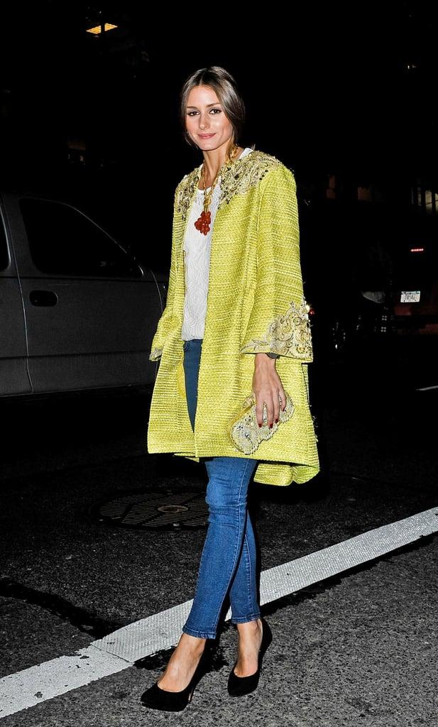 Оливия Палермо в джинсах скинни, желтое пальто и черные туфли