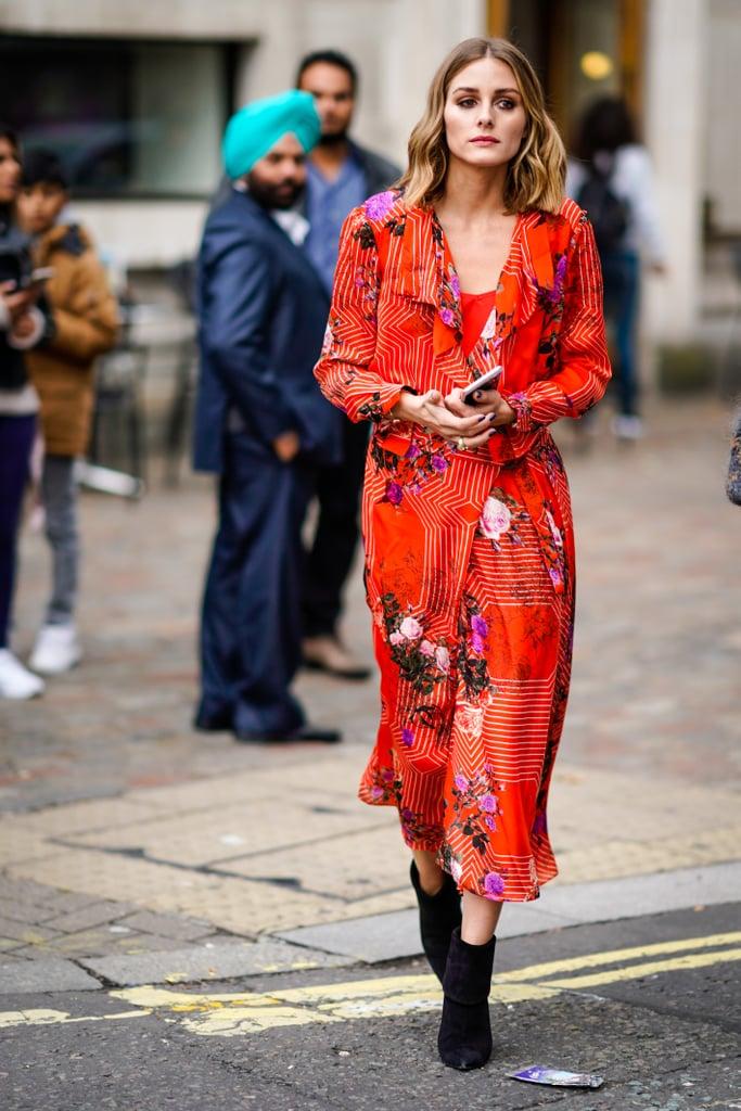 Оливия Палермо в красном платье с цветочным притом и черных ботильонах