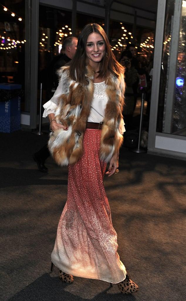 Оливия Палермо в красной юке макси, белая блузка и меховой жилет