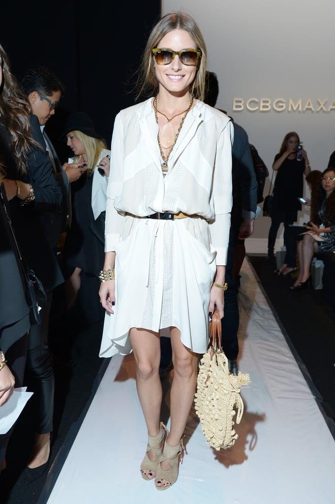 Оливия Палермо в легком белом платье с поясом и бежевых босоножках