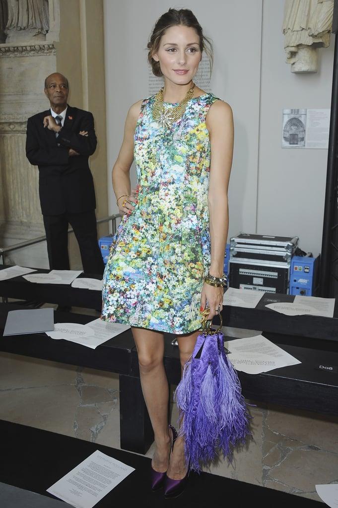 Оливия Палермо в летнем платье мини с цветочным принтом, фиолетовая сумка с бахромой
