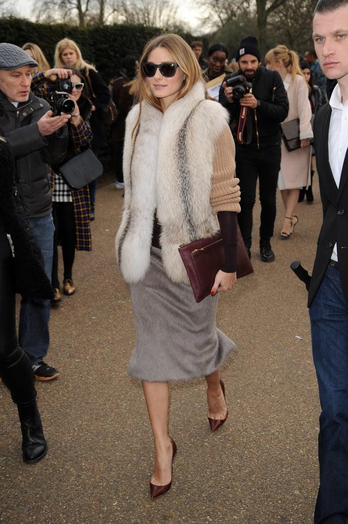 Оливия Палермо в меховом жилете, серая юбка карандаш и туфли лодочки