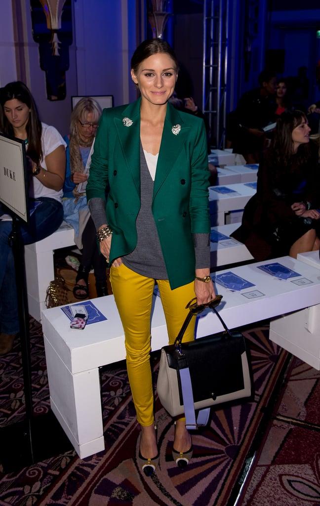 Оливия Палермо в желтых брюках, зеленый блейзер и большая сумка