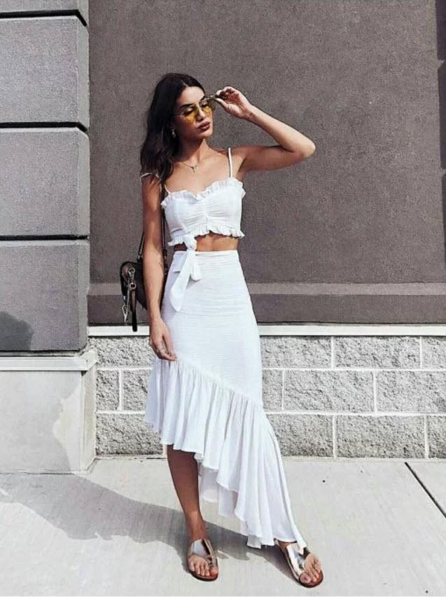 Девушка в белой юбке и кроп топ